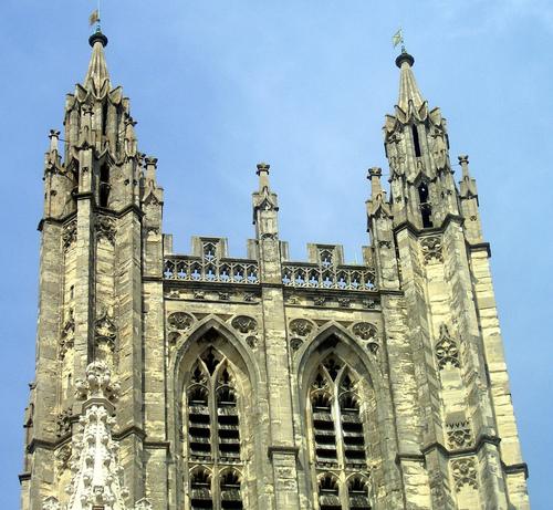 Колонны Кентерберийского собора скрепляют скотчем