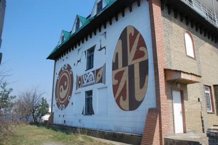 Трипільське замкнене коло: утопічна подорож від свастики до української ляльки вуду