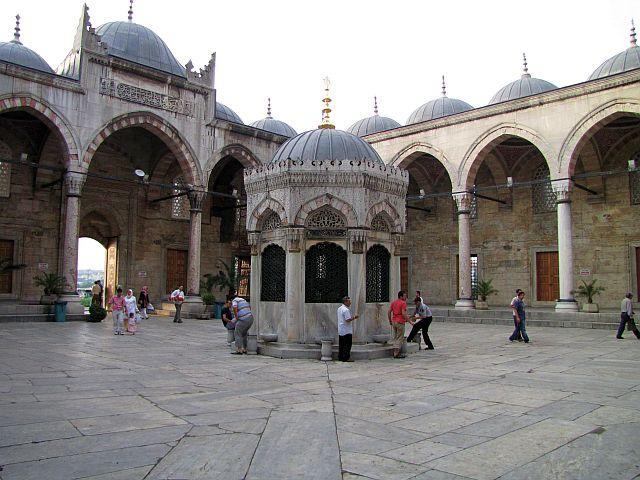 Турки за малым исключением безоговорочно верят в Бога