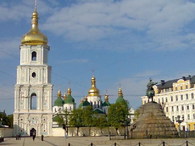 Кандидаты апеллировали к Богу на двух площадях