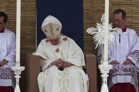 Папа Римский заснул на воскресной мессе