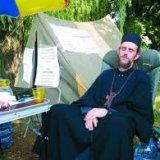 Священик УПЦ КП знепритомнів від голоду під міськрадою Маріуполя