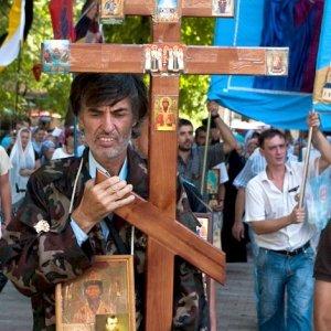 В Одессе православные верующие проводят крестные ходы и пытаются сжечь чучело художницы