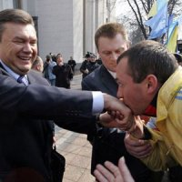 Священник давно целует руку Владимиру Путину, и каждый раз Президенту России это не нравится (ВИДЕО)