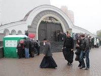 У Преображенському соборі УПЦ плащаницю Богородиці зустрічали разом з наметами кандидата від Партії регіонів