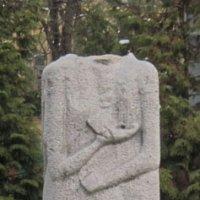 У Києві відрубано голову скульптурі давньослов'янського кумира Світовида. Рідновіри звернулися до Президента