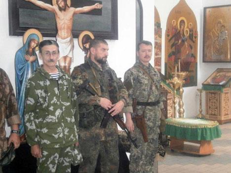 В Славянской епархии УПЦ освящают знамена боевиков и жалуются на украинскую армию