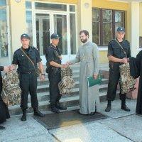 Священики УПЦ передали бронежилети військовим Нацгвардії України
