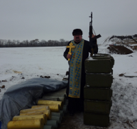 Єпископа УПЦ КП заборонили у служінні за демонстрацію зброї в руках