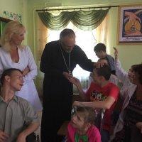 Єпископ УПЦ в США (Константинопольський Патріархат) привіз українським солдатам і біженцям матеріальну допомогу