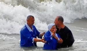 Адвентисты Бердянска провели крещение в штормовом море