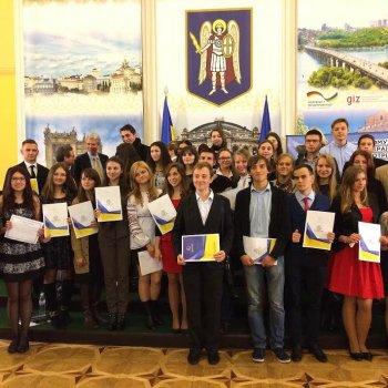 Роздуми про нову Конституцію: українська молодь пам'ятає про мораль і Всевишнього