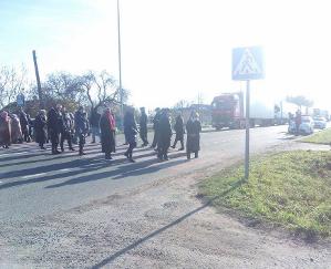 На Рівненщині віруючі УПЦ (МП) перекривали трасу, протестуючи проти переходу храму в УПЦ КП