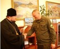 Єпископ УПЦ КП вручив нагороду начальнику міліції Закарпаття