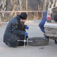 Священник УПЦ, преследуемый боевиками «ЛНР», развозит икону на передовой АТО