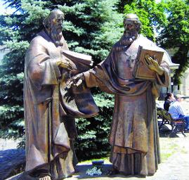 Чому в Україні моляться церковнослов'янською мовою, а розмовляють українською
