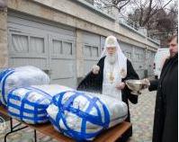 Патріарх Філарет освятив і передав на фронт гуманітарну допомогу