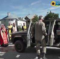 Віряни і священики УАПЦ передали військовим АТО автомобіль