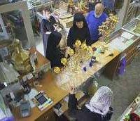 Духовенство УПЦ КП купує церковне начиння в крамниці Києво-Печерської лаври