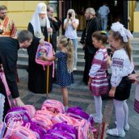 УПЦ КП та УПЦ (МП) подарували малозабезпеченим дітям ранці й шкільне приладдя