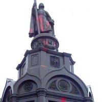 У Києві облили червоною фарбою пам'ятник святому князю Володимиру
