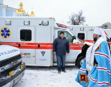 Митрополит УПЦ КП освятив 10 автомобілів швидкої допомоги, які подарувала Україні діаспора