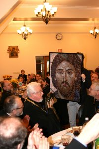 Главі УПЦ (Константинопольського Патріархату) подарували ікону Ісуса Христа, виготовлену з маленьких фото дітей українців