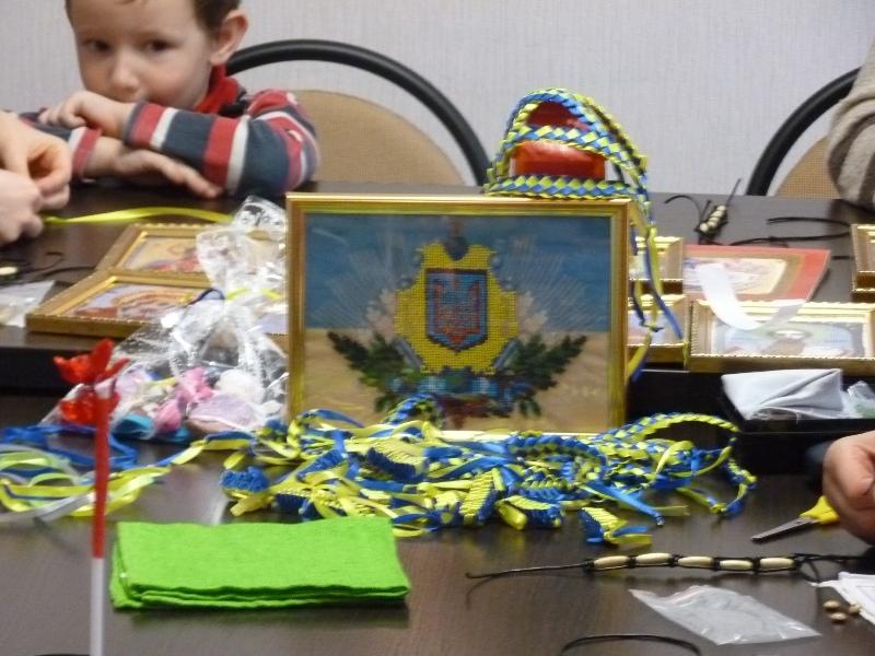 Діти Дніпропетровщини вишили ікони для воїнів АТО