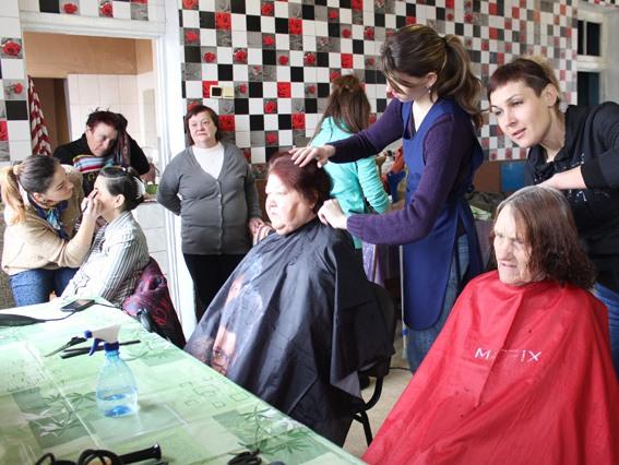 Полсотни стариков получили косметологические услуги от церкви «Новое поколение» в Павлограде