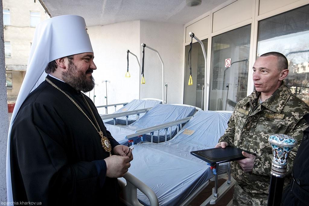 Архієрей УПЦ передав медичне обладнання до Харківського військового госпіталю, а греко-католики Ганновера — для Полтавського