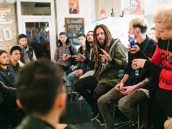 Гитарист американской группы «Korn» провел с молодежью Киева евангелизационную встречу