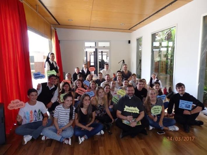 Предстоятель УГКЦ сфотографировался, сидя на полу с молодежью