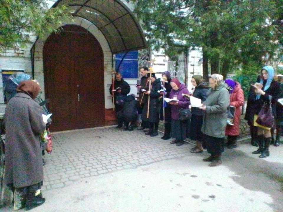 В Ровно верующие УПЦ пикетировали паспортный стол, выступая против электронных паспортов