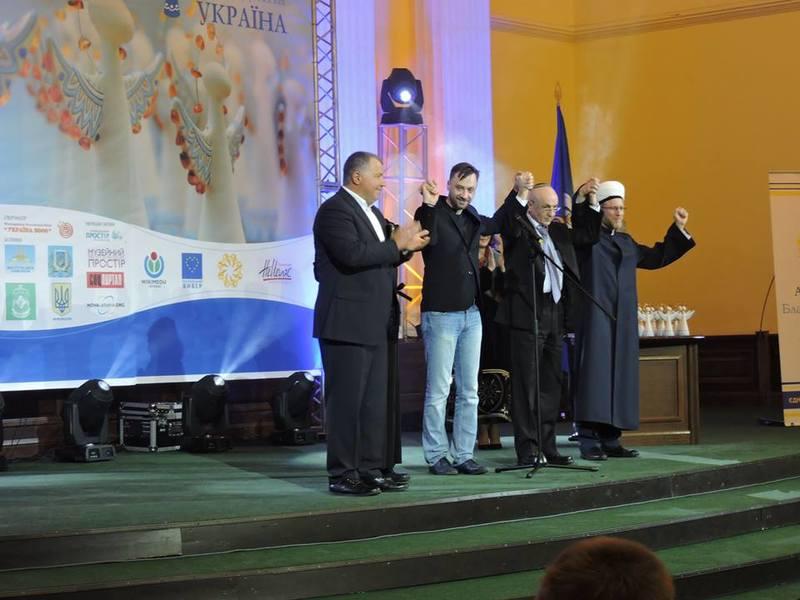 В колонній залі Київської держадміністрації представники п'яти конфесій взялися за руки на знак вітання благодійності