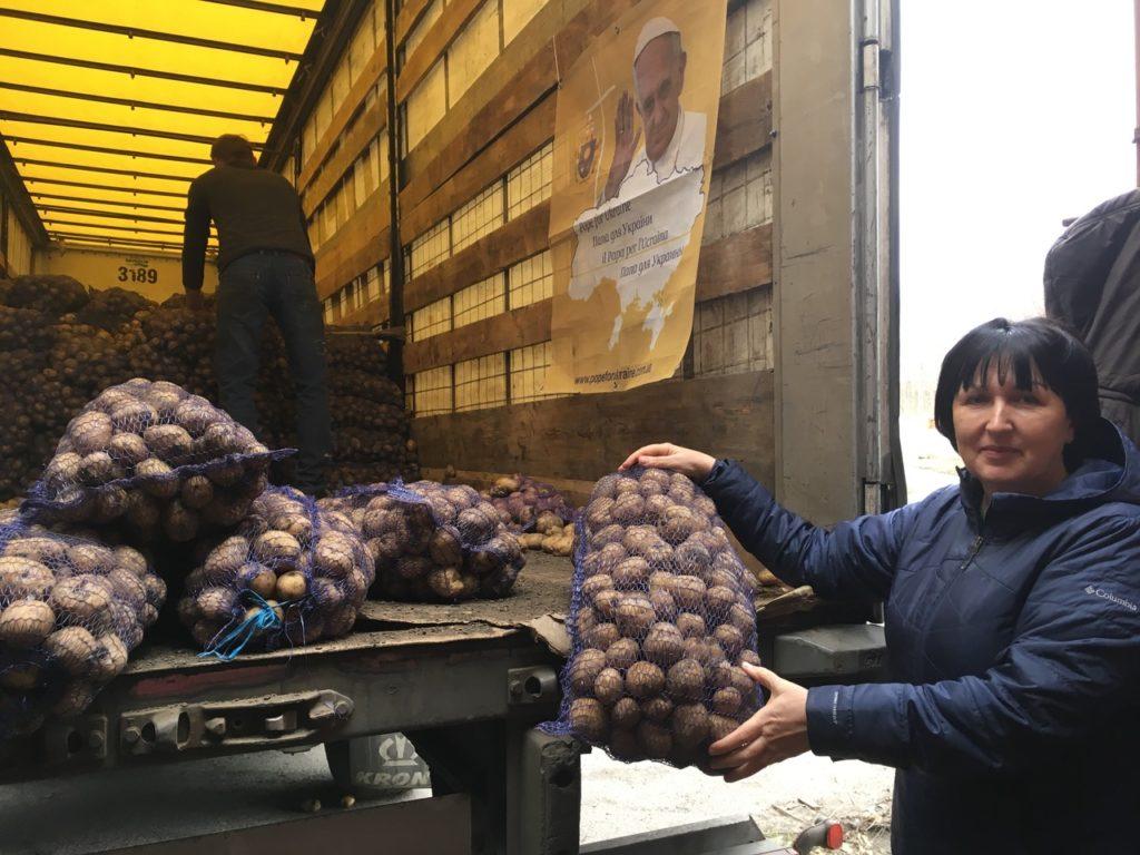 Шість тисяч родин Донбасу отримають картоплю та насіння від Папи Римського