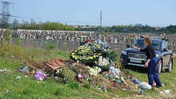 УГКЦ розповсюдила відеоролики та банери, аби українці відмовилися від штучних квітів для могил