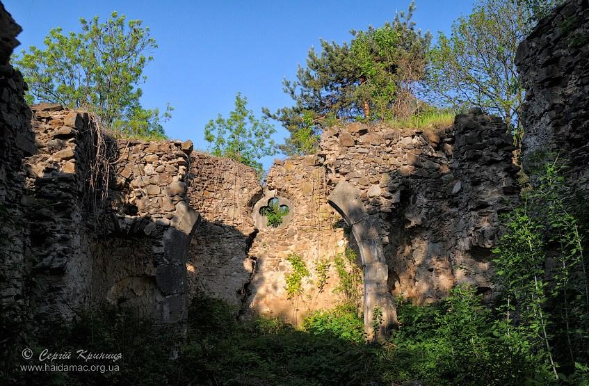 В Ужгороді на краю гранітної скелі занепадає унікальний храм