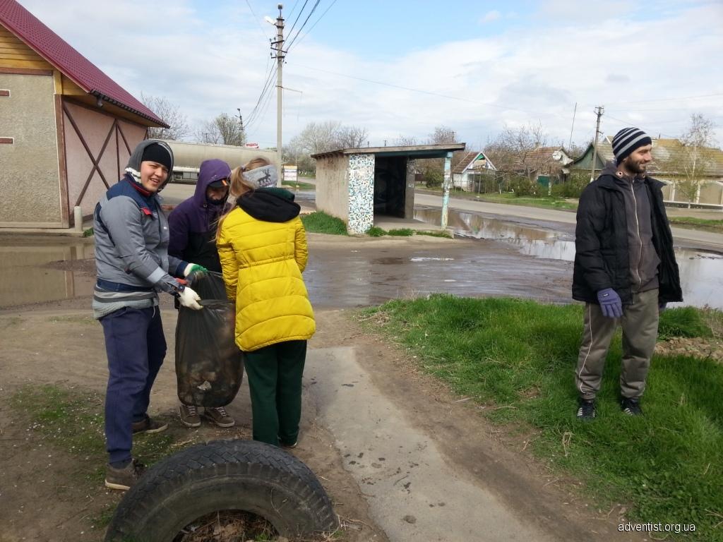 Адвентисты ежегодно убирают село накануне празднования Пасхи верующими Одесской епархии УПЦ