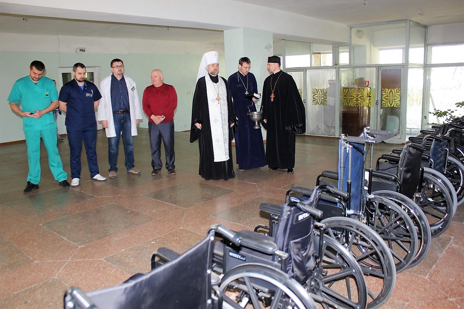 Митрополит УПЦ КП передав 12 інвалідних колясок воїнам-інвалідам АТО