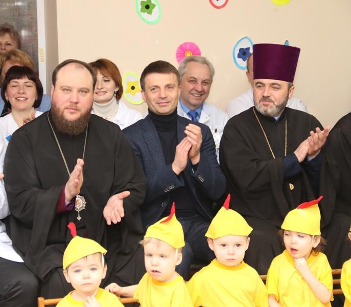 Єпископ УПЦ КП відвідав з подарунками будинок дитини, а Сумська єпархія УПЦ (МП) зібрала 800 тис. грн для онкохворих дітей