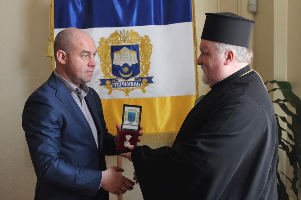Єпископ УАПЦ нагородив мера Тернополя медаллю чужої Церкви