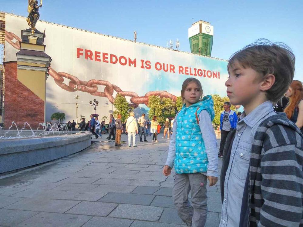 """Напередодні Євробачення в центрі Києва розгорнули гасло """"Свобода — це наша релігія"""""""