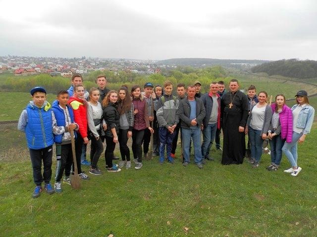 Греко-католики посадили на Тернопільщині понад 700 саджанців сосни