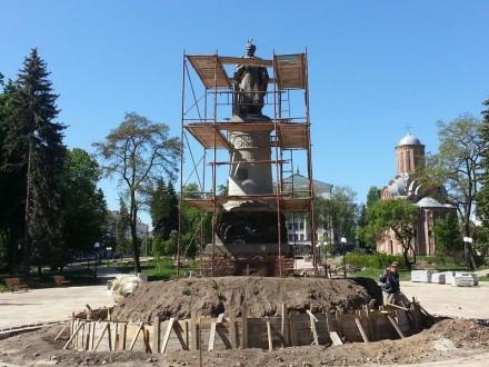 Памятник Богдану Хмельницкому в Чернигове развернут спиной к Москве и лицом к церкви