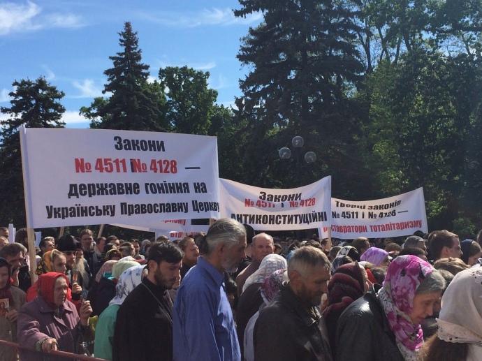 УПЦ нарахувала 10 тисяч своїх вірян під парламентом, журналісти — 1-3 тисячі