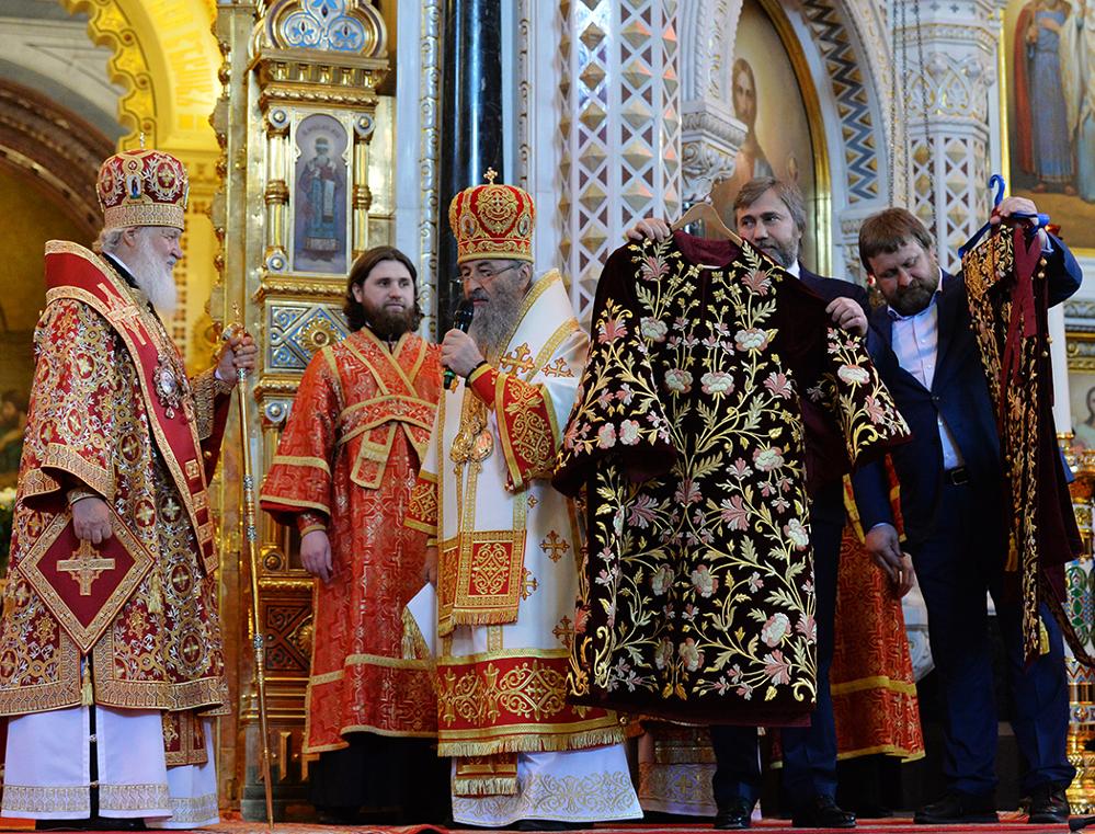 Митрополит Онуфрий с Новинским подарили на именины Патриарху Кириллу архиерейское облачение