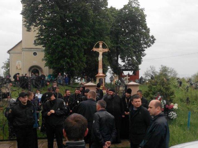Парафия УПЦ оказала сопротивление судебным исполнителям, не желая возвращать храм греко-католикам