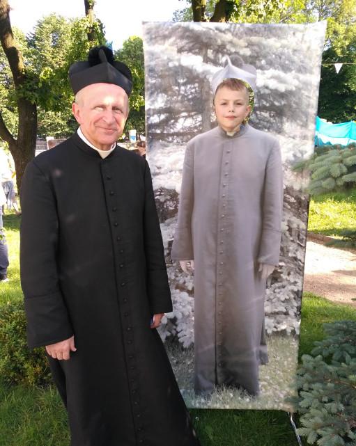 Католицький священик з Рівного придумав для дітей простий спосіб відчути себе священиком