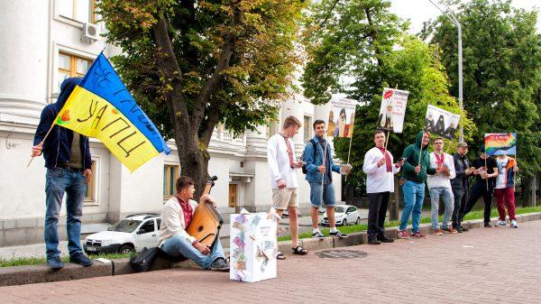 """Собор УАПЦ розглядав конфліктні кадрові рішення під вигуки молоді про """"геїв та алко-попів"""""""