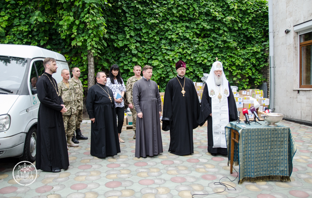 Патріарх УПЦ КП передав ліки у військові шпиталі на 500 000 грн, а єпископ відвідав на Харківщині Центр збору допомоги для воїнів АТО